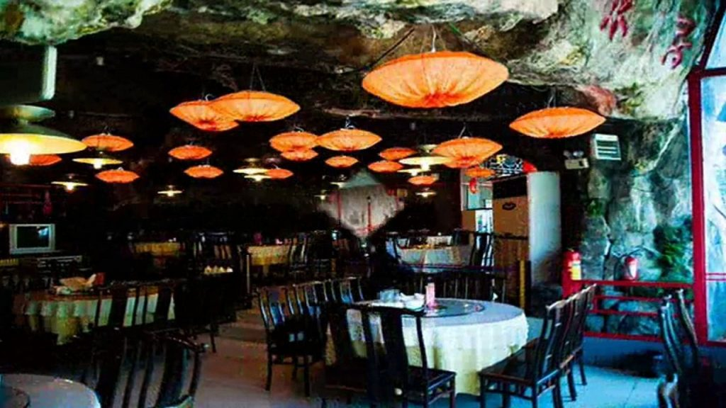 fangweng-hanging-restaurant-yichang-china-hanging-dining-area