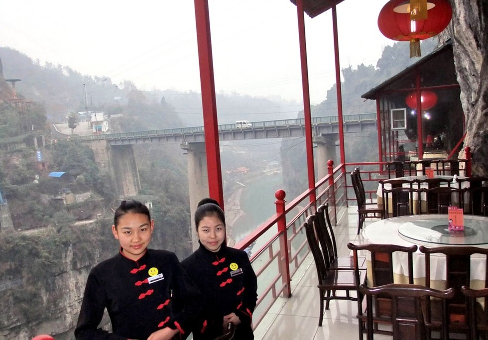 fangweng-hanging-restaurant-yichang-china-hanging-dining-area-view